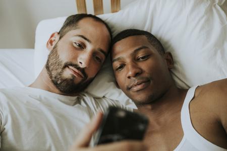 Paar dat een selfie in bed neemt