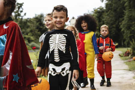 Young kids trick or treating during Halloween Imagens