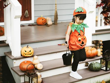 Kind in einem Halloween-Kostüm Standard-Bild