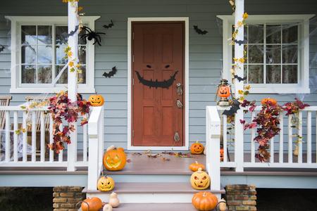 Calabazas de Halloween y decoraciones fuera de una casa Foto de archivo