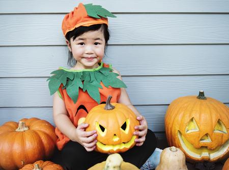 Niño con calabaza de Halloween Foto de archivo - 108376918