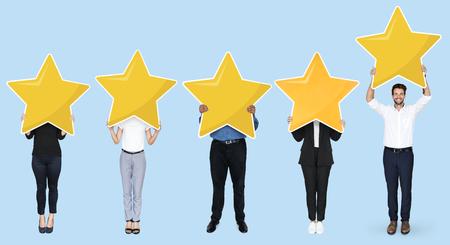 Divers hommes d'affaires montrant le symbole de classement par étoiles d'or Banque d'images