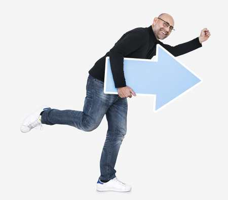 Happy man holding blue arrow icon Imagens