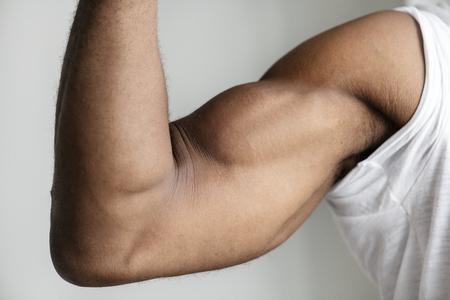 Primo piano del braccio muscoloso di una persona di colore