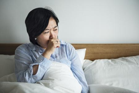 Eine Frau hustet Standard-Bild