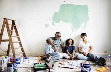 Czarna rodzina malująca ściana domu Zdjęcie Seryjne