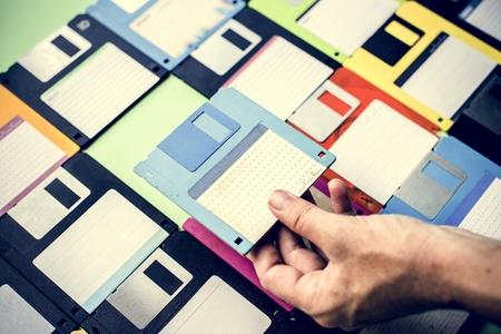 Hand hält den Datenspeicher des Diskettenlaufwerks