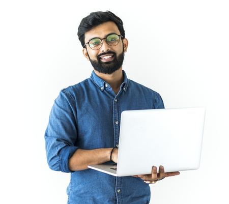 Mann mit Laptop lokalisiert auf weißem Hintergrund