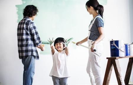 Familia asiática renovando la casa Foto de archivo