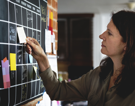 Woman pulling sticky note Banque d'images - 109571147