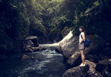 Femme asiatique bénéficiant d'un voyage en plein air