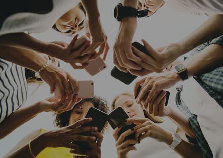Adultos jóvenes que usan teléfonos inteligentes en un círculo, redes sociales y concepto de conexión