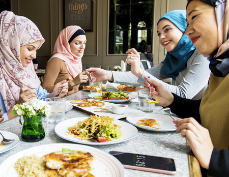 Muslim women having lunch together 版權商用圖片