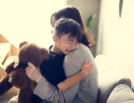 Madre japonesa consolando a su hijo