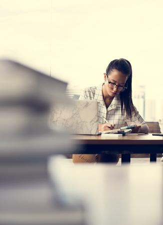 Woman working at her desk Foto de archivo