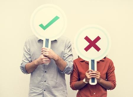 Leute mit Ja- oder Nein-Zeichen