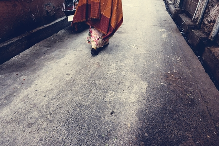 Rajasthani woman walking in the street Imagens - 109688803