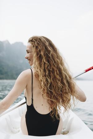 Frau, die ein Kanu durch einen Nationalpark paddelt