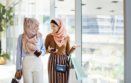 Muslim women talking to each other Standard-Bild
