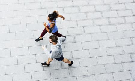 Couple sportif exerçant ensemble à l'extérieur
