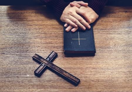 Übergibt Bibel auf Holztisch Standard-Bild