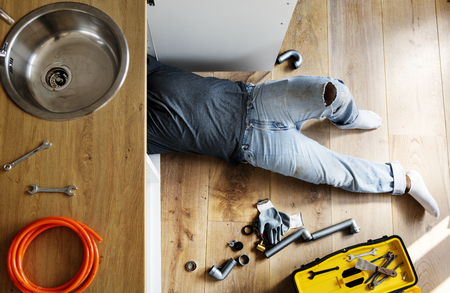 Plumber man fixing kitchen sink Banque d'images - 109638708