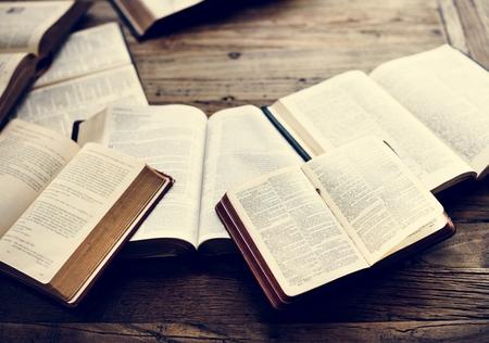 La religione del cristianesimo del libro della Bibbia santa crede