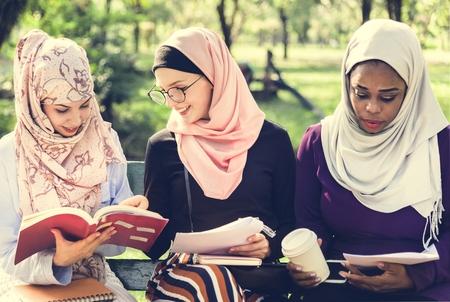 Muslim women reading notes 版權商用圖片 - 116077732
