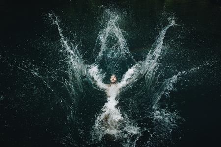 Man springt in het water