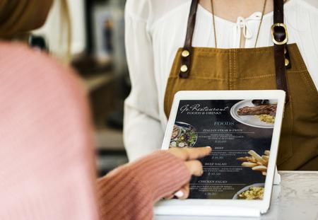 Klant die eten bestelt bij de balie van het restaurant