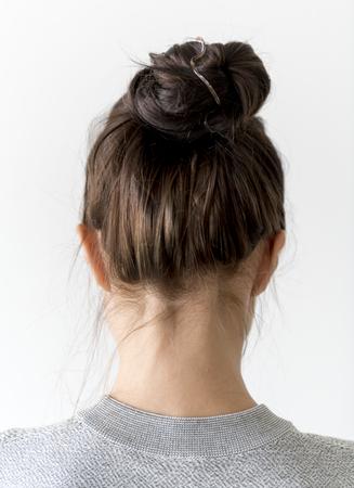 Femme, faire, chignon cheveux Banque d'images