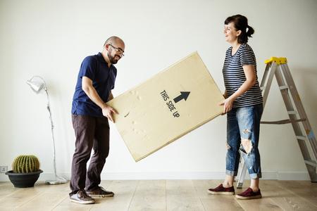 Couple moving into new house Archivio Fotografico - 109887333