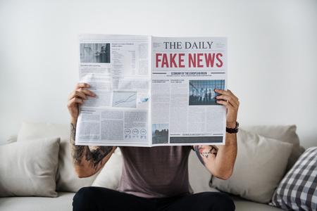 Titular de noticias falsas en un periódico Foto de archivo