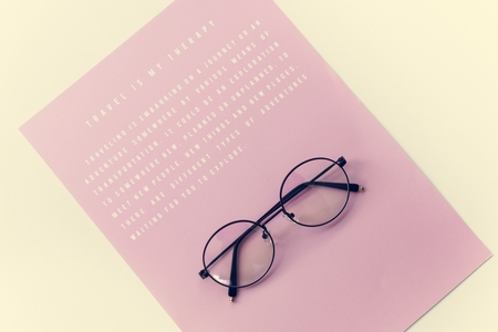 Eyeglasses with pink paper with message 写真素材 - 109887615