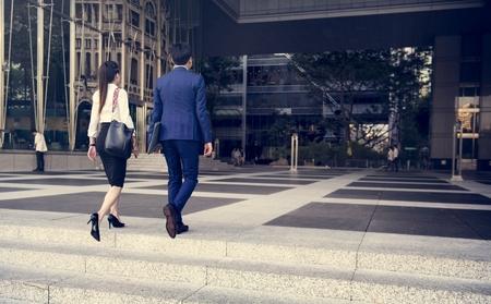 Mensen uit het bedrijfsleven op weg naar hun werk