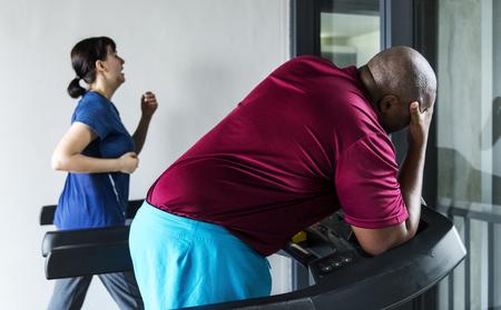 Personas que se ejercitan en un gimnasio