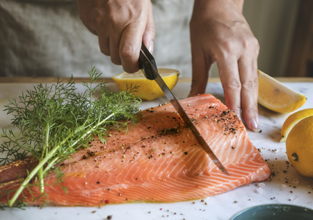 Salmón fresco con idea de receta de fotografía de comida de eneldo