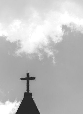 A cross on top of a church tower Foto de archivo - 109999409
