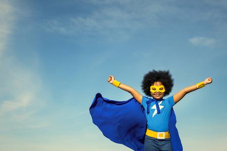 Forte ragazza del supereroe con superpoteri