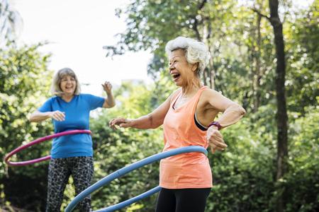 Mujer mayor, ejercitar, con, un, aro de hula