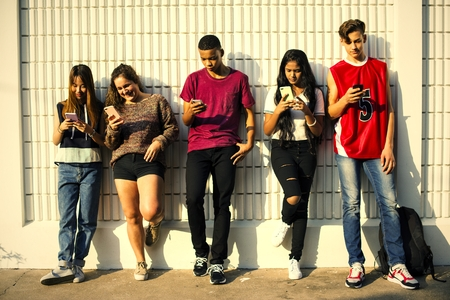 Young teenage friends chilling out together and using smartphones Foto de archivo - 109995891