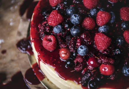 Fresh berry cheescake food photography recipe idea Stockfoto - 109997971