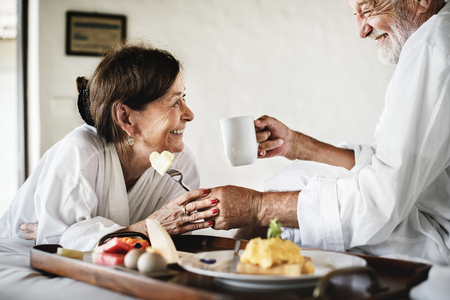 A senior couple enjoying room service Foto de archivo - 111752892