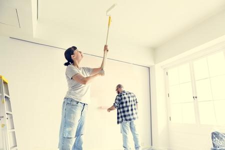 Personnes rénovant la maison
