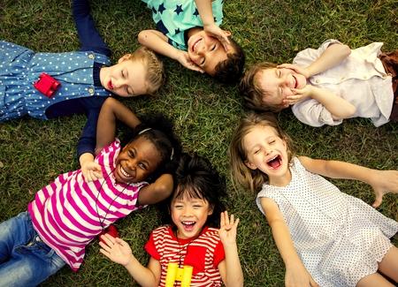 Różnorodne dzieci w wieku szkolnym dobrze się bawią