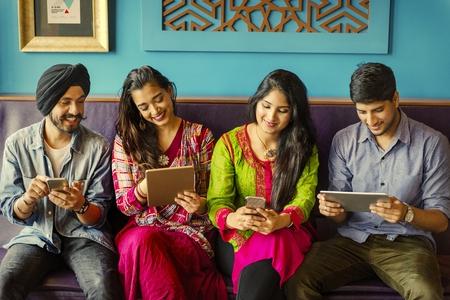 Amis indiens utilisant les médias sociaux Banque d'images