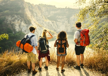 Vrienden backpacken op een avontuur in een tussenjaar Stockfoto