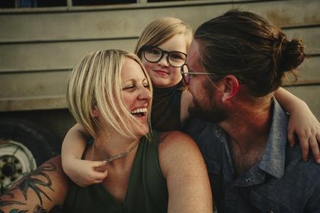愉快的年轻家庭在乡下