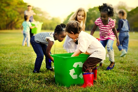 Bambini che imparano a riciclare la spazzatura