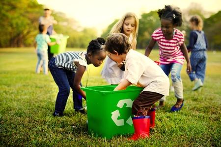 Kinder lernen Müll zu recyceln